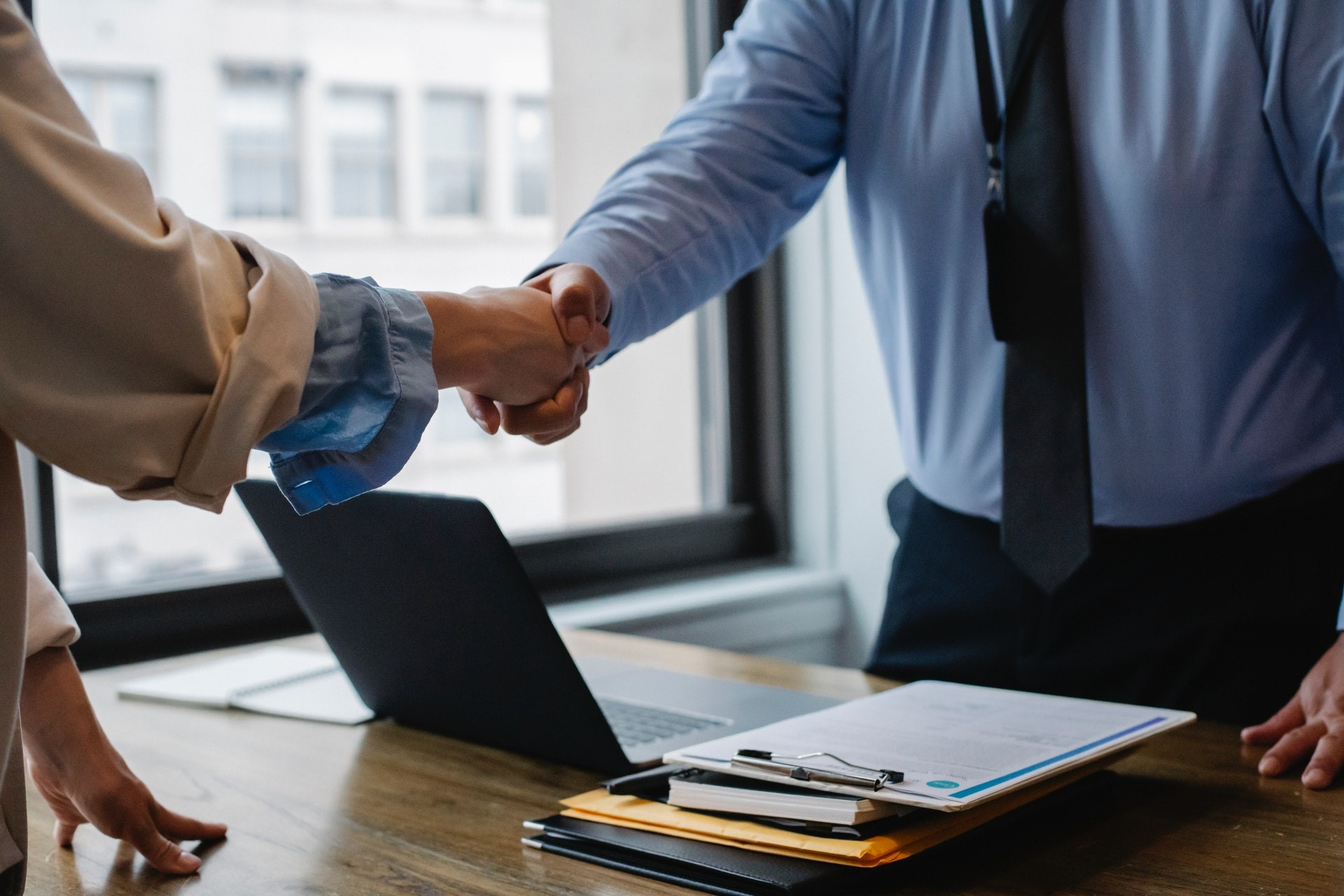 podanie ręki jako symbol zawarcia współpracy między stronami umowy